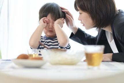 「なんでちゃんと座って食べられないの!?」2歳児を怒鳴ってしまった。食事の時間が憂鬱なママ……