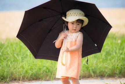 小学生の登下校時、日傘を使っていいですか?自治体や学校で対応が分かれるなか、ママたちの考えは