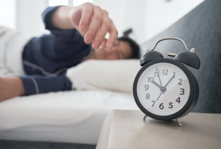 休日の朝、いつまでも寝ている夫にイライラ!早起きしてほしい?朝寝坊でも平気?