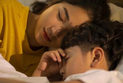 子どもは何歳まで一緒に寝たがるもの?みんなの子どもは何歳から一人で寝られるようになった?