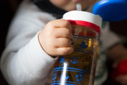 子どもの水筒に水を入れたら旦那が「恥ずかしい」!ママたちが考える水をもたせるメリットは?