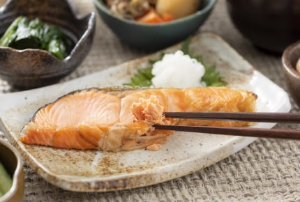 焼き魚の盛り付けは一人につき1尾?それとも大皿?十人十色の食卓事情
