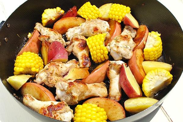 キャンプレシピ!フライパンで出来る鶏とりんご・さつまいも・コーンのグリル