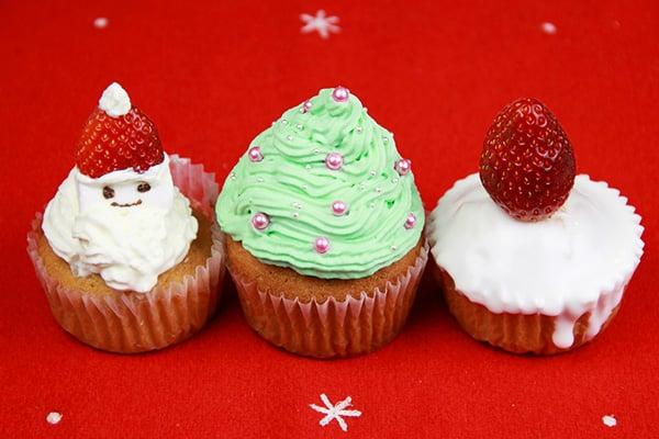 クリスマスレシピ・サンタやツリーのデコカップケーキ