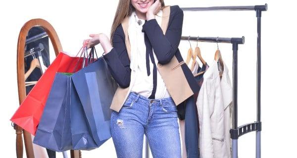 買い物袋を抱えている女性