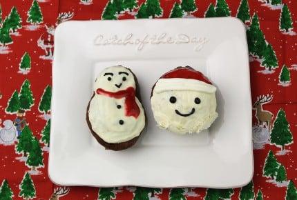 ホットケーキミックスで混ぜるだけ!サンタと雪だるまのドーナツ