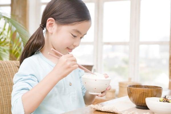 白米を食べる女の子
