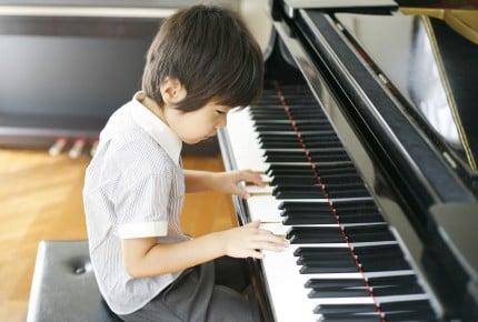 子どものためにピアノを買うなら、電子ピアノ?それともアップライトピアノ?ママたちが選んだそれぞれの理由とは