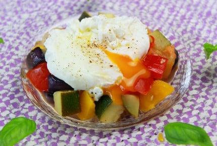 旬の夏野菜で簡単!カポナータのポーチドエッグのせ