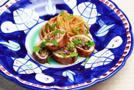 トマト缶で煮込むだけ!夏が旬のイカを丸ごと楽しむナポリ風煮込み♪