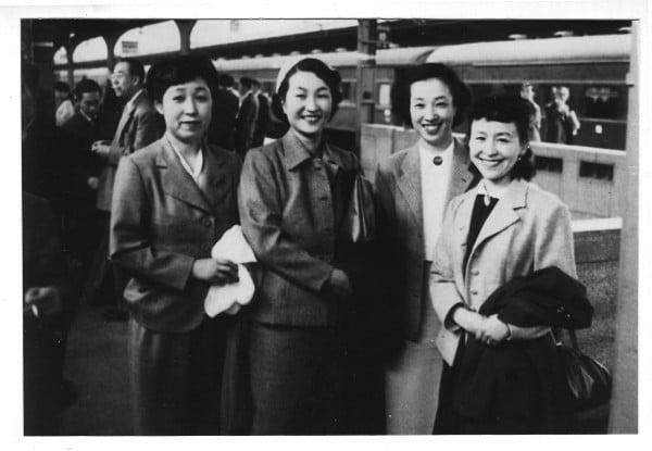 左から3番目が坂野惇子さん