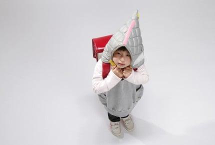 おかしくない?子供は布の防災ずきん、先生はヘルメット