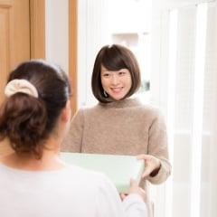 ママ友宅への訪問、手ぶらでは行きにくい……。シーン別の「手土産」マナーとは